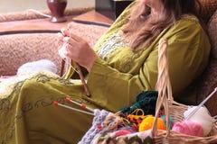 与球的篮子毛线和妇女编织 库存图片