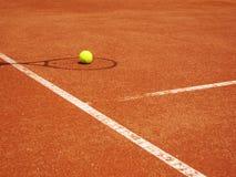 与球的网球场和球拍影子    免版税库存图片