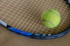 与球的网球拍 图库摄影