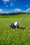 与球的高尔夫俱乐部在发球区域 库存图片
