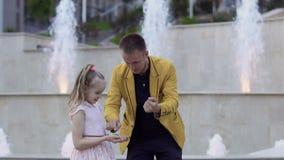 与球的魔术师展示魔术技巧对一个小女孩 股票录像