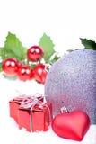 与球,霍莉叶子的圣诞节背景 图库摄影