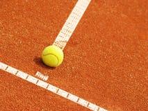 与球(52)的网球场线 免版税图库摄影