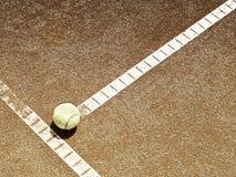 与球(136)的网球场线 免版税库存图片