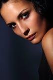 与理想的皮肤的新意大利时装模特儿纵向在黑暗的背景 免版税库存照片