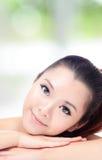 与理想的皮肤的美丽的妇女微笑表面 免版税图库摄影