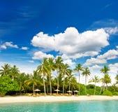 与理想的蓝天的热带海岛海滩 图库摄影