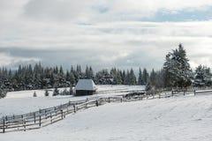 与瑞士山中的牧人小屋的冬天woderland 免版税库存照片