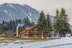 与瑞士山中的牧人小屋的山风景 免版税库存图片