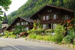 与瑞士山中的牧人小屋的美好的农村风景在迈林根 免版税库存照片