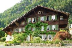 与瑞士山中的牧人小屋的美好的农村风景在迈林根 库存图片