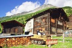 与瑞士山中的牧人小屋的美好的农村风景在Tasch 免版税库存图片
