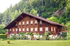 与瑞士山中的牧人小屋的美好的农村风景 库存图片