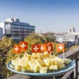 与瑞士旗子的瑞士干酪乳酪 免版税库存图片