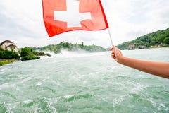 与瑞士旗子的莱茵河瀑布 库存照片