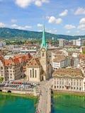 与瑞士苏黎士-鸟瞰图的市中心的大教堂Fraumunster 免版税库存图片