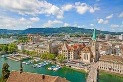 与瑞士苏黎士-鸟瞰图的市中心的大教堂Fraumunster 免版税库存照片