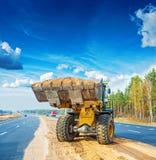 与瓢的Wheelloader有很多沙子建筑 免版税库存图片