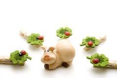 与瓢虫的运气猪 免版税图库摄影