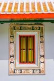 与瓦屋顶的一个中国式窗口 免版税库存图片