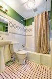 与瓦片墙壁修剪的卫生间inteiror 免版税库存照片