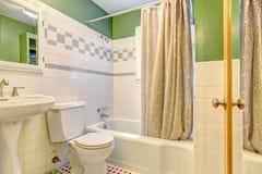 与瓦片墙壁修剪的卫生间inteiror 免版税库存图片