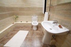 与瓦片的轻和干净的洗手间在地板上 免版税图库摄影