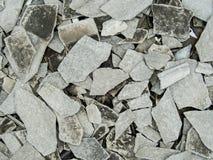 与瓦的腐朽的被放弃的水泥大厦混乱 免版税图库摄影