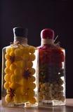 与瓶子的构成用卤汁泡的菜 图库摄影