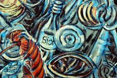 与瓶的蓝色街道画在柏林围墙 免版税库存图片