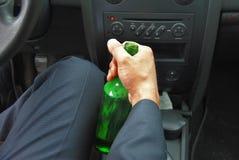 与瓶的醉酒的司机 免版税库存图片
