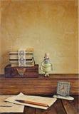 与瓷玩偶的葡萄酒构成。 免版税库存图片