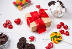 与甜点、糖果和礼物盒的构成 华伦泰` s或母亲`天 库存照片