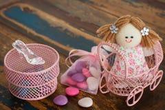 与甜点为女孩的生日,婴儿送礼会的装饰 库存照片