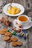 与甜点和圣诞节曲奇饼的茶 免版税库存图片