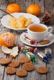 与甜点和圣诞节曲奇饼的茶 库存照片