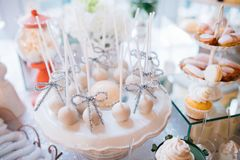 与甜点和好吃的东西婚礼聚会招待会的,装饰的点心桌的五颜六色的桌 在糖果自助餐的可口甜点 免版税库存图片