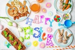 与甜点和汁液的愉快的复活节词孩子的 免版税库存图片
