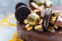 与甜点和饼干的开胃巧克力蛋糕 现代的装饰 库存图片
