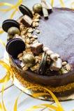 与甜点和饼干的开胃巧克力蛋糕 现代的装饰 免版税库存照片