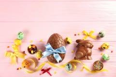 与甜点和鸡蛋的复活节构成 库存图片