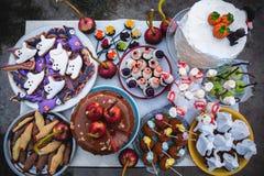 与甜点的假日桌为万圣夜 免版税库存图片