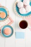 与甜点的在白色背景的茶和卡片 选择聚焦,顶视图,宏指令,定了调子图象,影片作用 库存图片