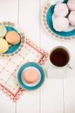 与甜点的在白色背景的茶和卡片 选择聚焦,顶视图,宏指令,定了调子图象,影片作用 库存照片
