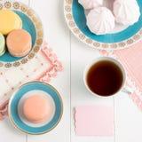 与甜点的在白色背景的茶和卡片 选择聚焦,顶视图,宏指令,定了调子图象,影片作用 免版税库存图片