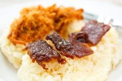 与甜猪排和油煎的肉的黏米饭。 图库摄影