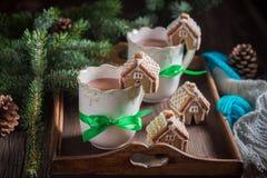 与甜饮料的芳香姜饼村庄圣诞节的 免版税库存照片