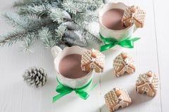 与甜饮料的逗人喜爱的姜饼村庄圣诞节的 库存照片