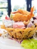 与甜dessing的油煎的水果沙拉和虾 免版税库存图片