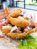 与甜dessing的油煎的水果沙拉和虾 免版税图库摄影